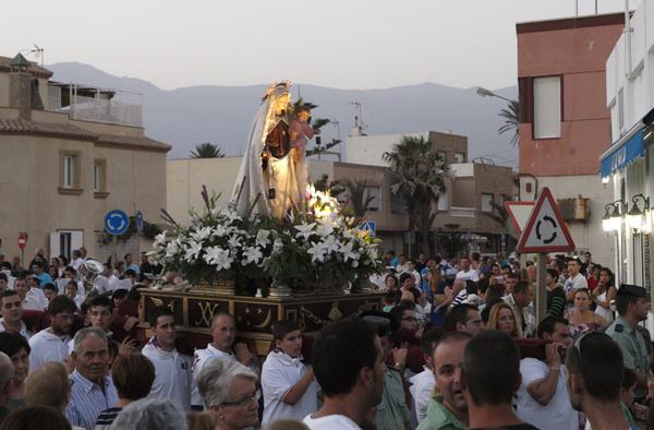 La imagen de la Virgen salió a hombros de los miembros del Club Náutico de Balerma