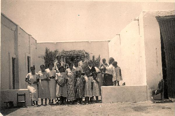 Familia-Gonzalez-completa-en-el-patio-de-su-casa-de-Balerma-justo-antes-de-la-guerra